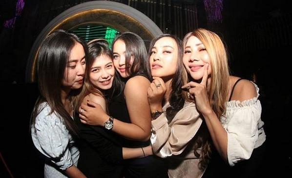 Singles nightlife Makassar pick up girls get laid Losari